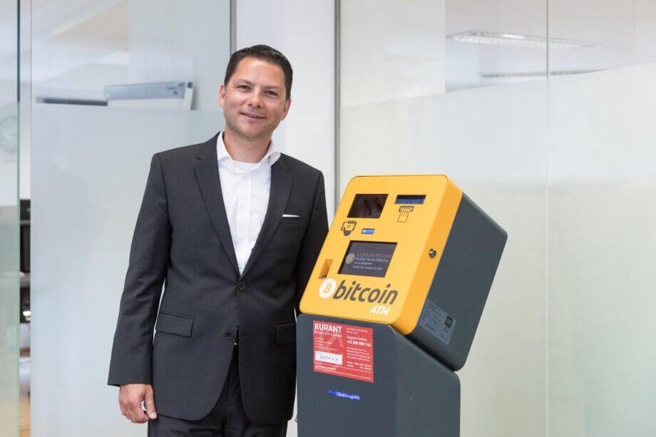 Der Geschäftsführer der Kurant steht an einem Bitcoin-Automaten