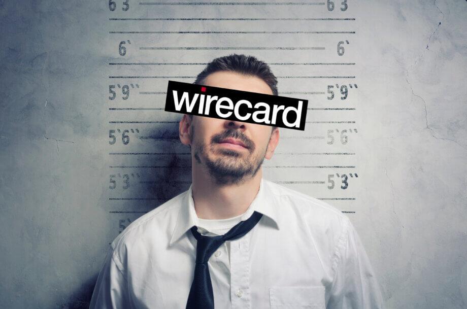 mann-mit-krawatte-hat-balken-mit-wirecard-aufschrift-vor-dem-gesicht