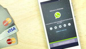 Kredikarten neben Smartphone mit Whatsapp auf dem Display