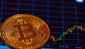 bitcoin-münze-liegt-vor-einer-chart