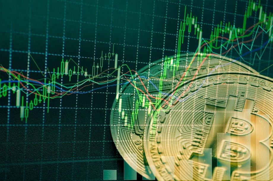 bitcoin-münzen-vor-einer-chart-mit-grünen-kerzen