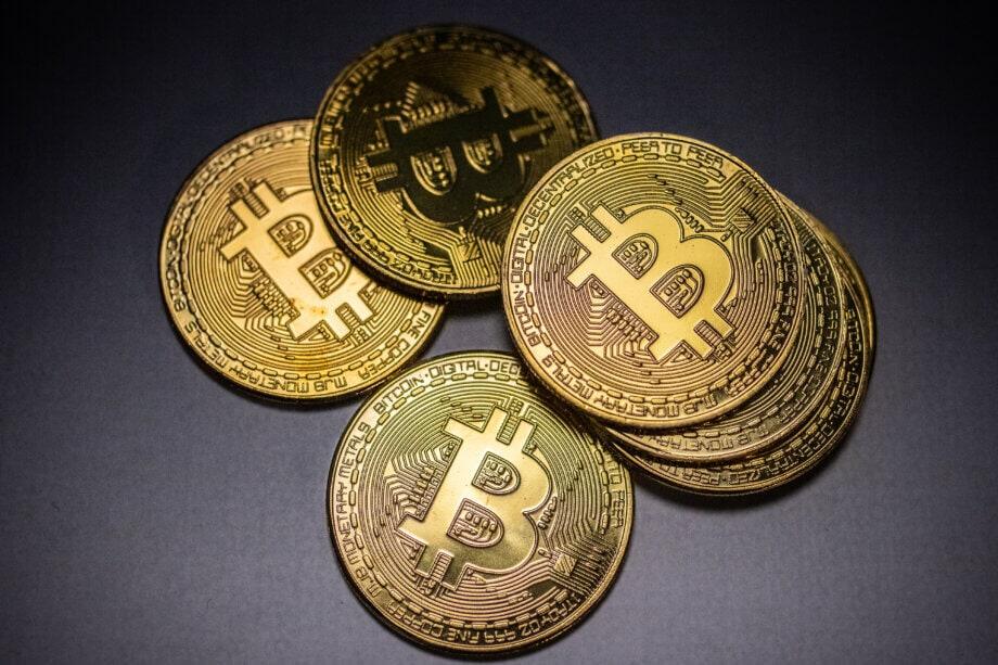 einige bitcoin münzen auf einem grauen untergrund