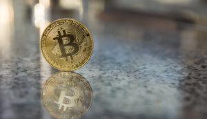 bitcoin-münze auf einem steinuntergrund