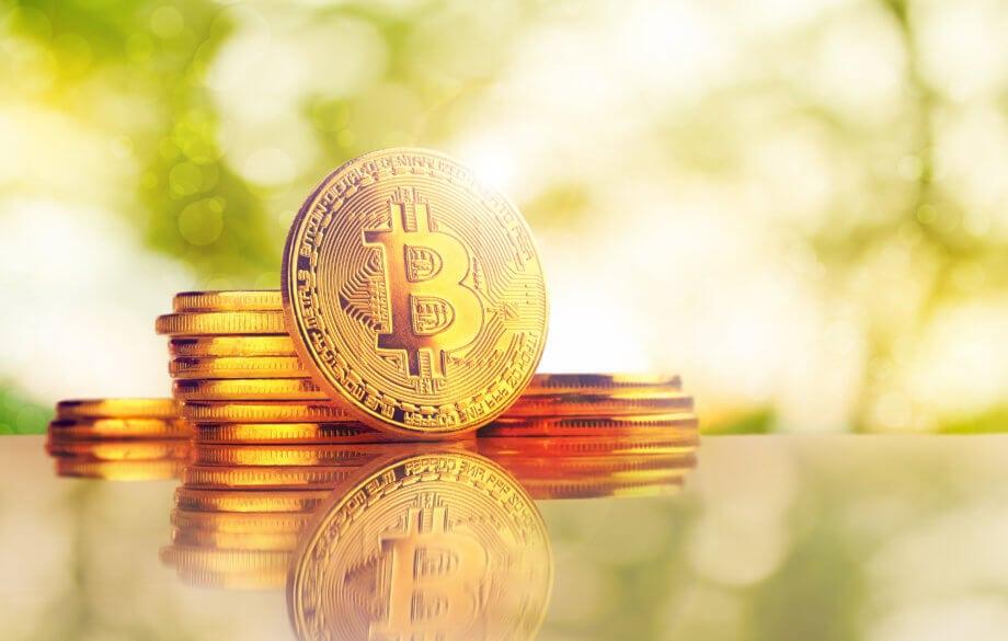 bitcoin-münze auf hellem hintergrund