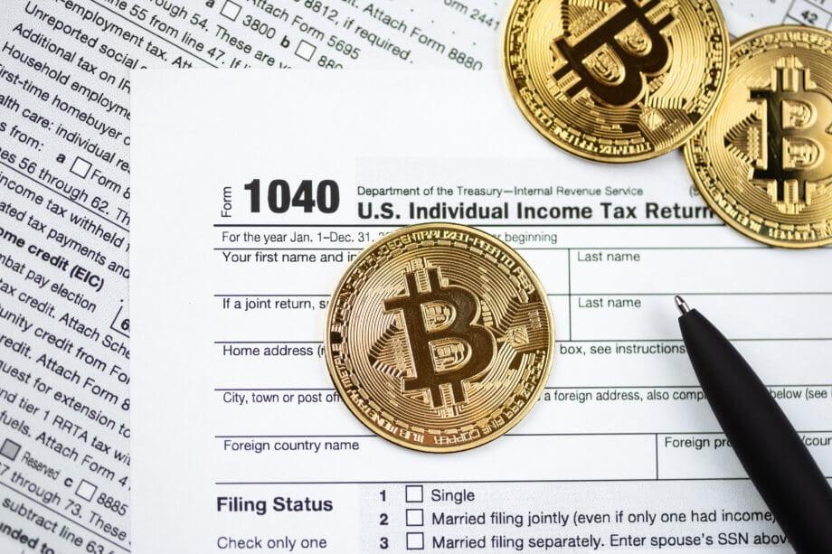 bitcoin-münzen auf einer steuererklärung