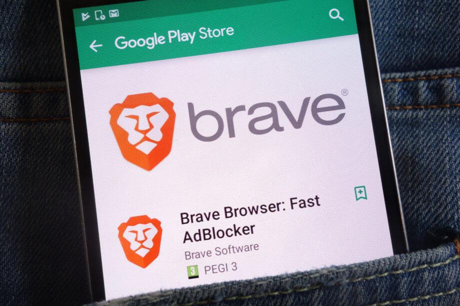 Smartphone in Gesäßtasche mit Brave Browser auf dem Display