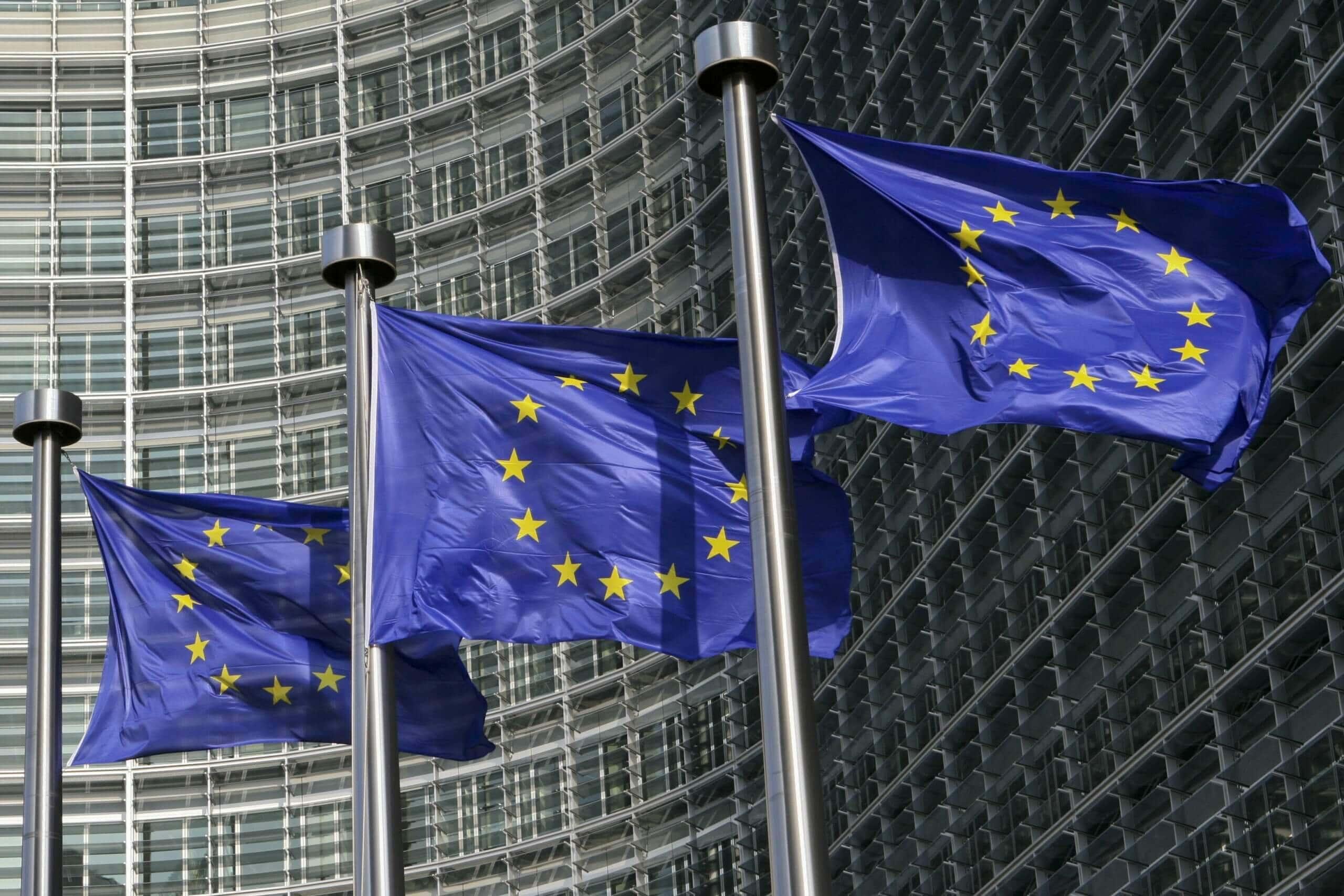 europa-flaggen, die vor einem gebäude wehen