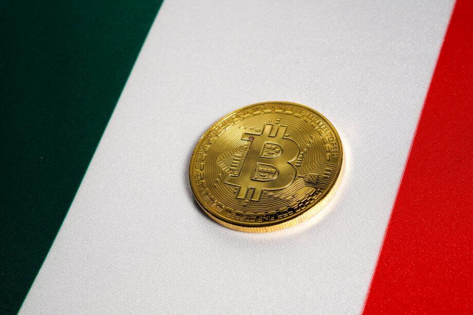 Bitcoin-Münze auf Italien-Flagge