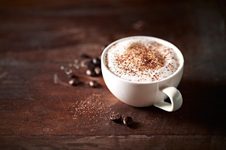 kaffeetasse-auf-einem-holztischj