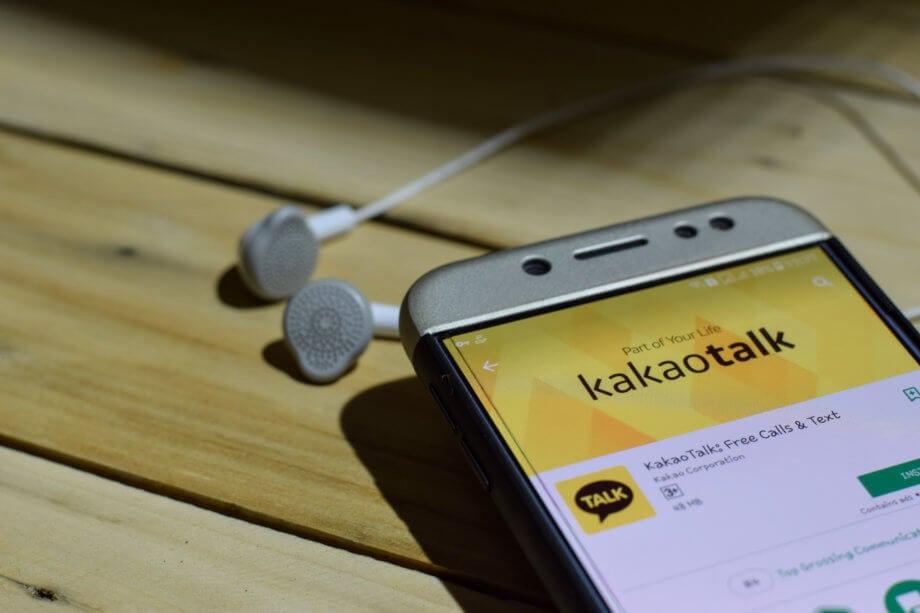 Kakao-Messenger auf Smartphone mit Kopfhörern
