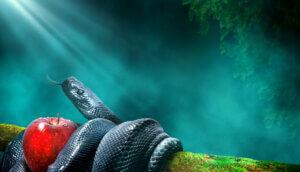 Schlange, die sich samt Apfel der Versuchung um einen Ast gewickelt hat