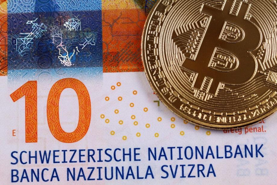 Bitcoin-Münze auf Zehn-Franken-Note