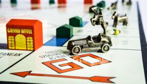 Ein Monopoly-Brett, dass das Los-Feld zeigt, auf dem das Auto steht