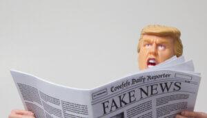"""Spielfigur mit Ähnlichkeit zu Donald Trump mit einer Ausgabe des fiktiven """"Covefefe Daily Reporter"""""""