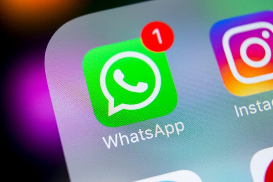 Ein Whatsapp Sybol (grünes quadrat mit abgerundeten ecken mit einer weißen sprechblase, in der sich ein telefonhörer befindet) auf einem Smartphone. Rechts oben beim whatsapp-symbol sieth man eine weiße Eins, umrundet von einem roten kreis