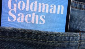 Goldman-Sachs-Logo auf Smartphone in Hosentasche.