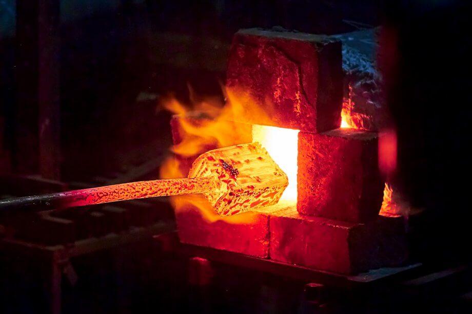 Heißes Eisen im Feuer