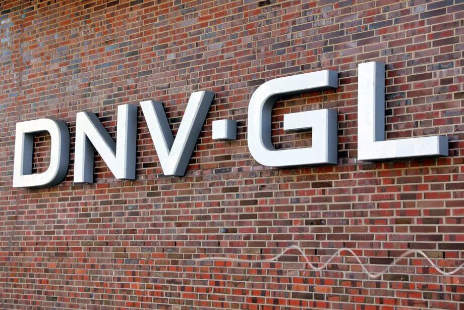 Das Logo von DNV GL auf einer Backsteinwand