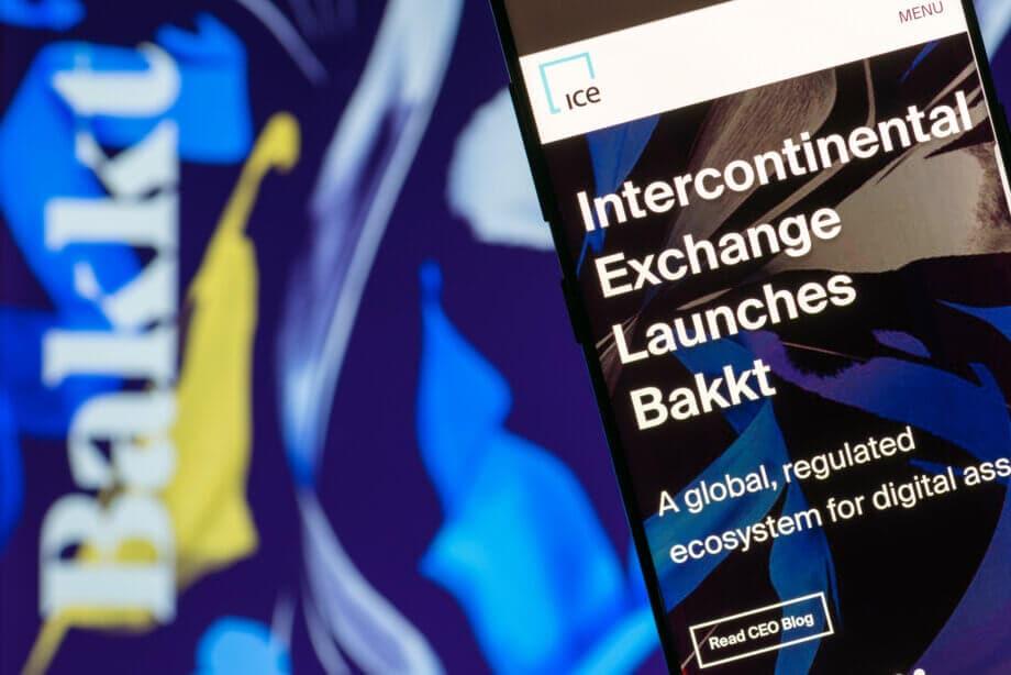 Bakkt App vor blauem Hintergrund