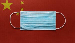 Chinesische Flagge mit Mundnasenschutz