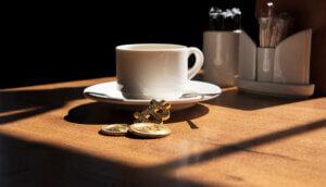 Kaffee und Bitcoinmünze