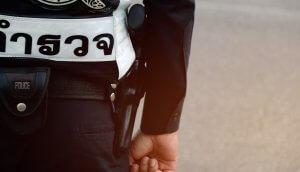 Thailändischer Polizist mit Ausrüstung