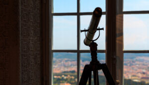 teleskop-vor-einem-fenster
