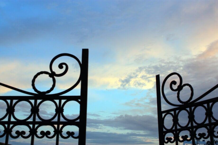 geöffnetes-tor-vor-blauem-himmel