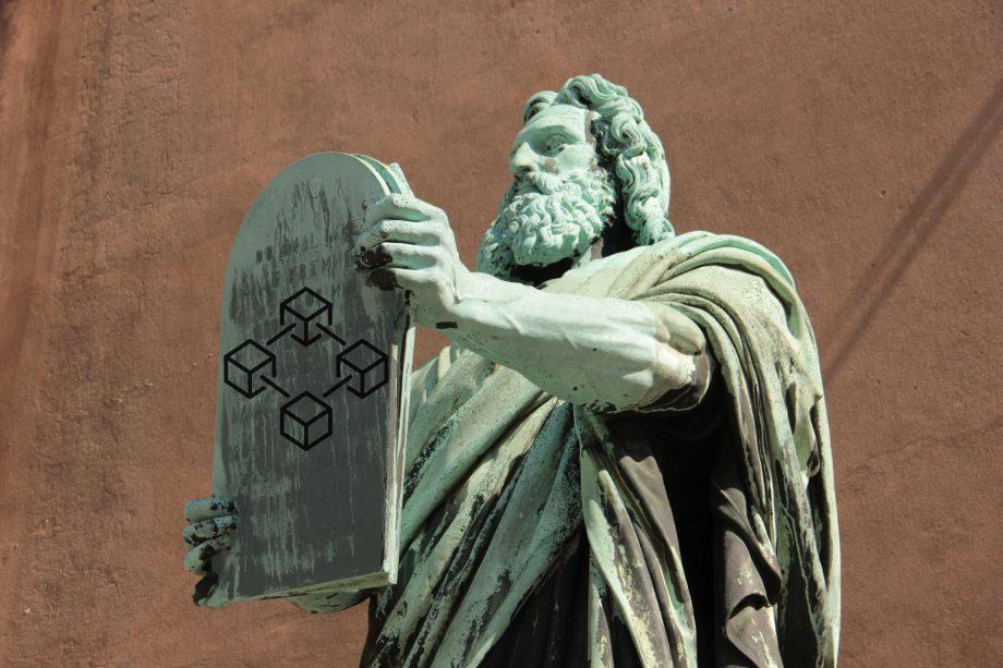 Auf dem Bild ist eine Steinskulptur zu sehen, die ein Dokument mit Thesen emporhebt als Symbol für die Veränderung von dem Finanzsektor