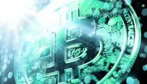 Bitcoin Münze auf grünem Hintergrund