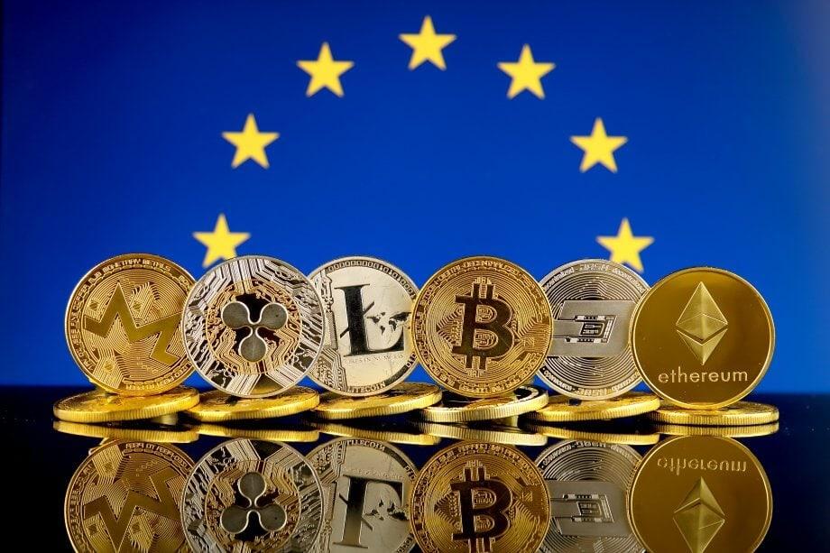 Diverse Kryptowährungen, darunter Bitcoin und Ethereum, vor der Eruopaflagge