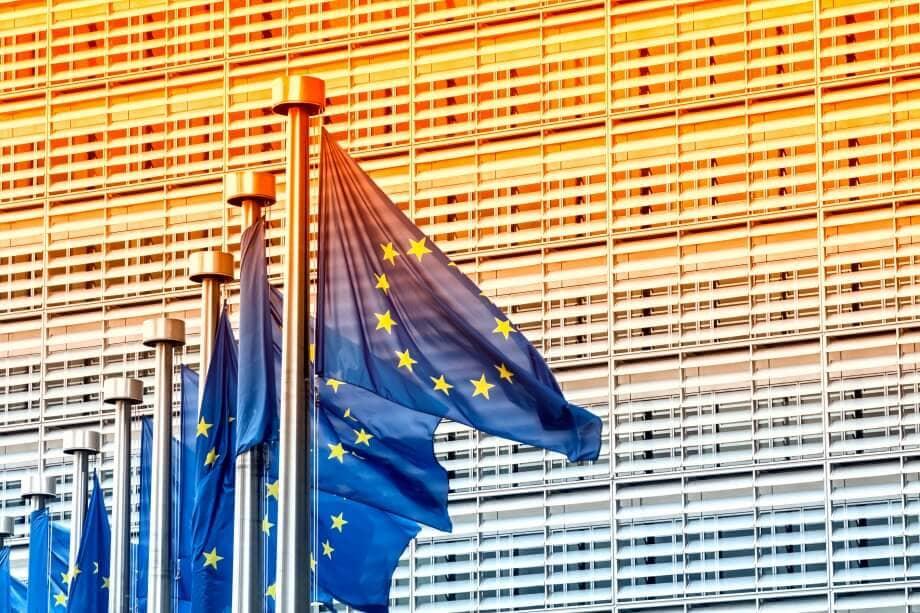 flaggen-vor-dem-gebäude-eu-kommission