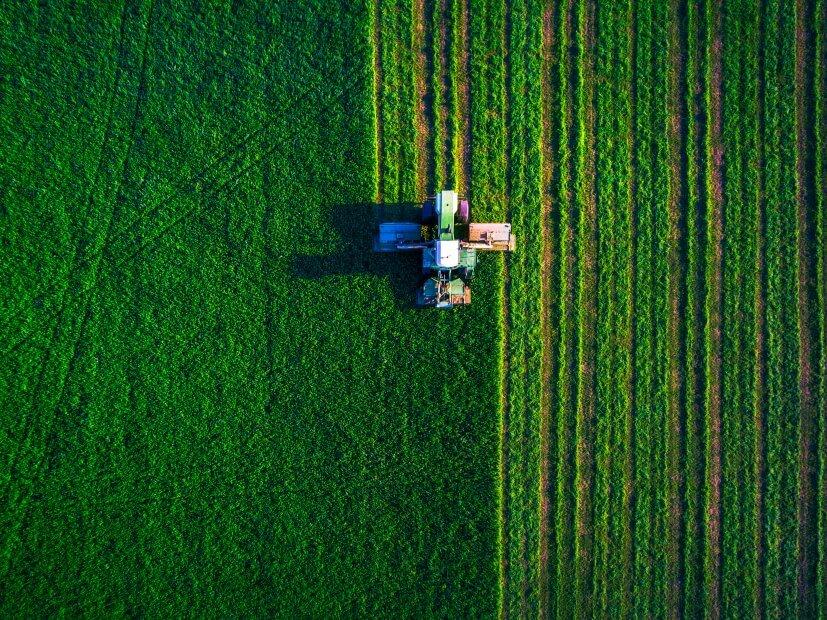 ein traktor, der auf einem acker rumfährt