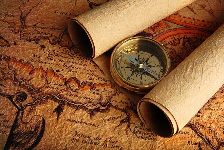 Alte Karte mit Schriftrollen und Kompass
