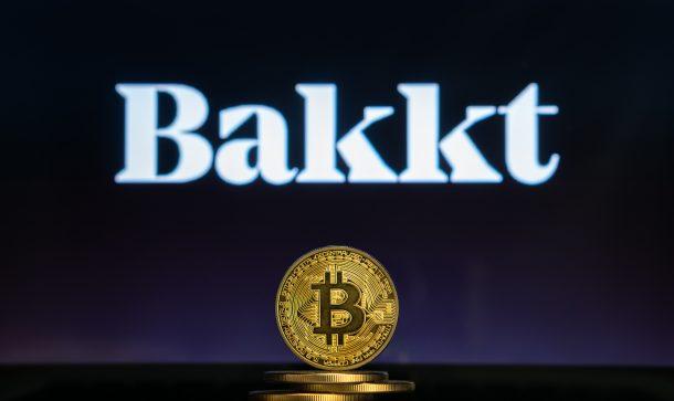 Bakkt-logo-mit-einer-bitcoin-münze-im-vordergrund