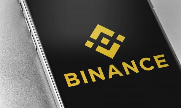 Smartphone mit Logo der Bitcoin-Börse Binance