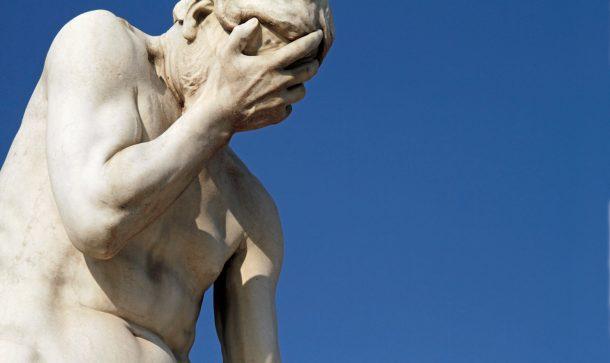 Nahaufnahme einer Statue, die das Gesicht mit der Hand bedeckt