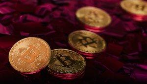 bitcoin-münze-auf-roten-steinen