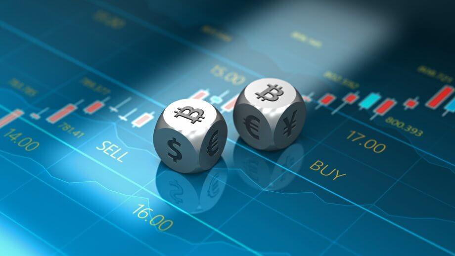 zwei silberne würfel, die das bitcoin-symbol zeigen auf blauem trading-untergrund
