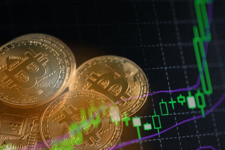 bitcoin-münzen-vor-einer-chart