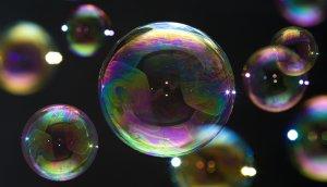 bunte seifenblasen auf schwarzem hintergrund