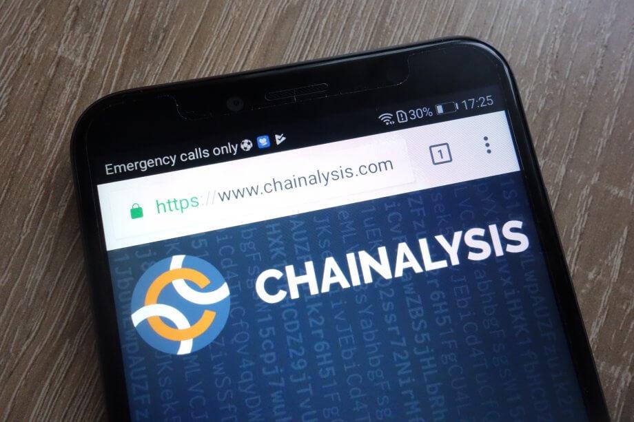 Smartphone mit Chainalysis-Logo