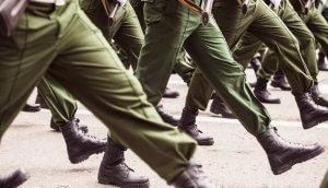 Soldatenbeine im Gleichschritt