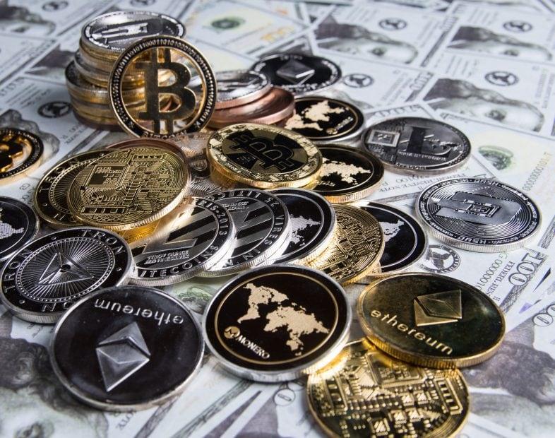 Diverse Krypto-Münzen auf 100-US-Dollar-Noten