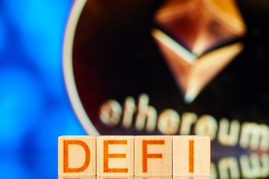 DEFI-Lettern vor Ethereum-Münze