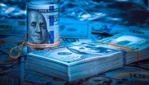 zwei geschnürte us-dollar bündel in blau auf blauem hintergrund