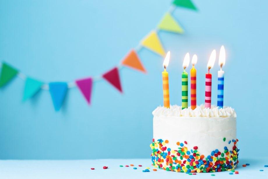 Ein Geburtstagskuchen mit 5 brennenden Kerzen