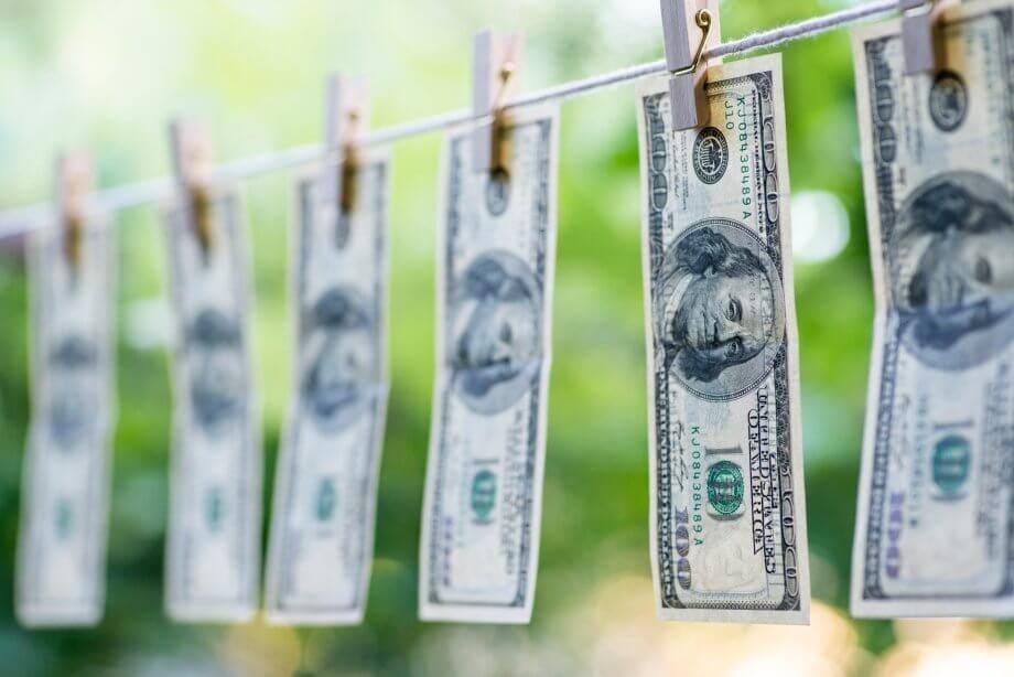 mehrere dollarscheine, die an einer leine zum trocknen hängen
