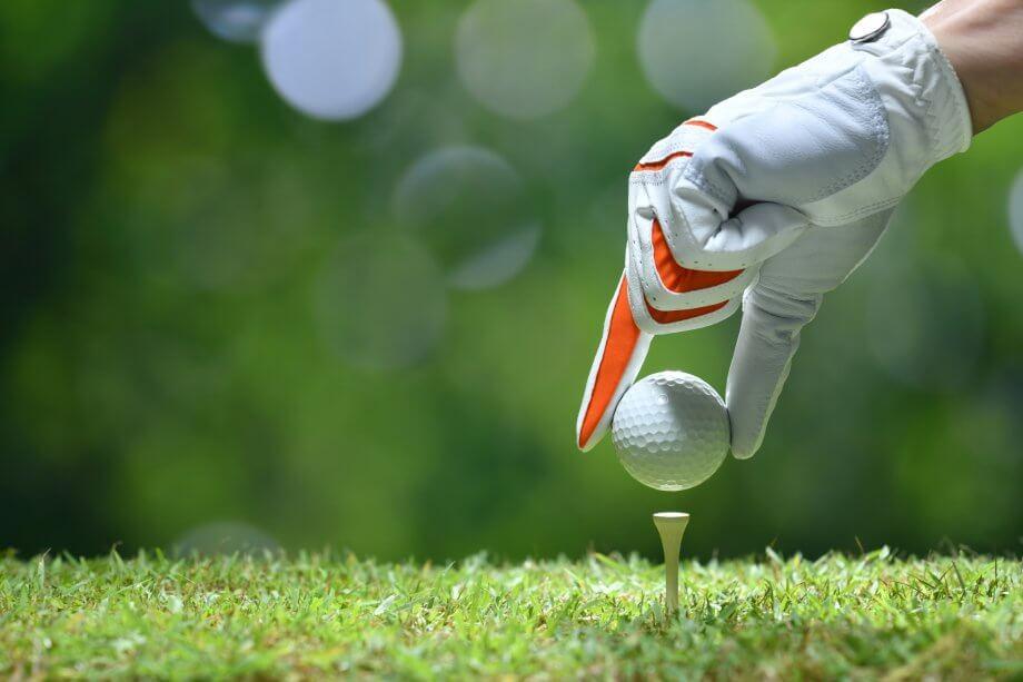 hand-platziert-einen-golfball