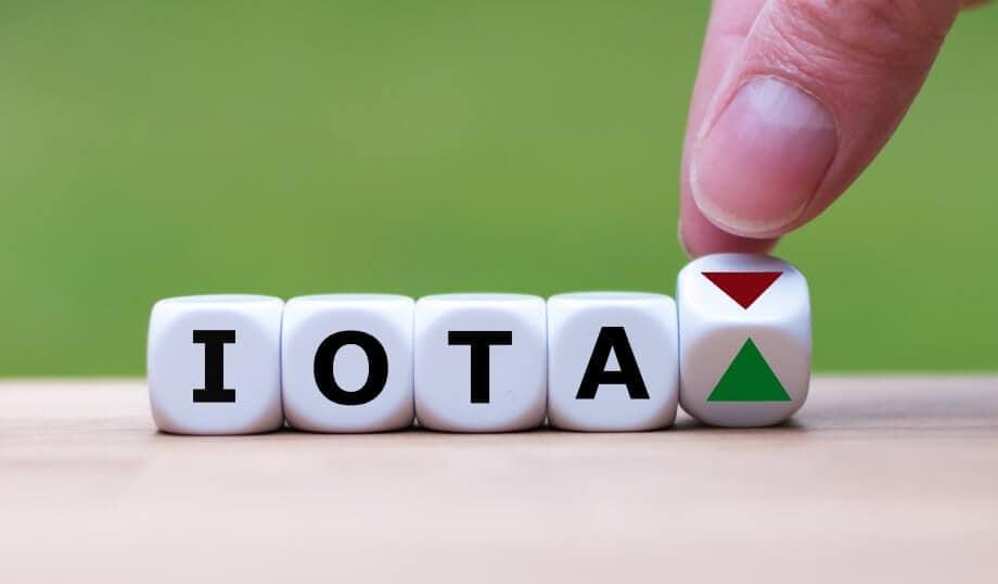 iota buchstaben auf einem würfel mit einem fünften würfel der ein dreieck zeigt, das von rot auf grün gewechselt wird von einer hand